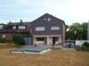 Massives, freistehendes Einfamilienhaus mit Garage und großzügigem Grundstück - Rückansicht
