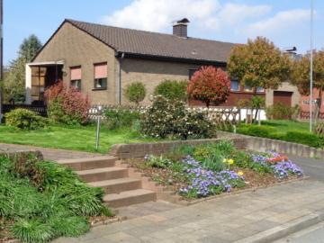 Gepflegtes EFH mit integr. Garage + 1 Einzelgarage, 52379 Langerwehe-Obergeich, Einfamilienhaus