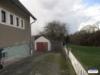 Kleines, freistehendes Einfamilienhaus mit großem Grundstück und Garage - Seitenansicht