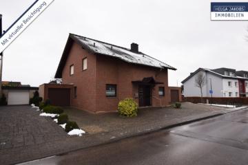 Sehr gepflegtes, freistehendes 1-2 Familienhaus mit 3 Garagen in ruhiger Wohngegend, 52249 Eschweiler, Einfamilienhaus