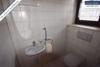 Sehr gepflegtes, freistehendes 1-2 Familienhaus mit 3 Garagen in ruhiger Wohngegend - Gäste-WC EG